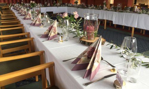Bord pyntet til selskap av gjestene